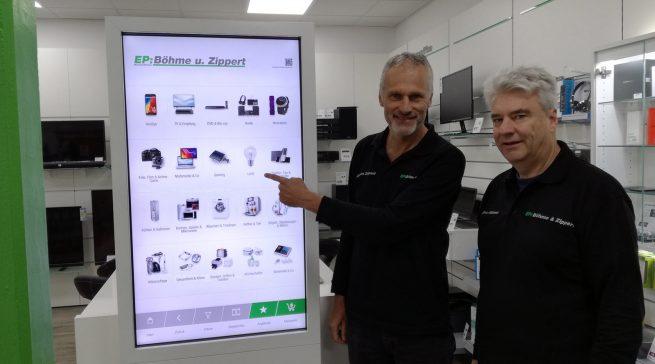 """Jürgen Zippert (l.) und Holger Böhme (r.) sind vom """"Virtual Shelf"""" als verlängerte Ladentheke begeistert."""