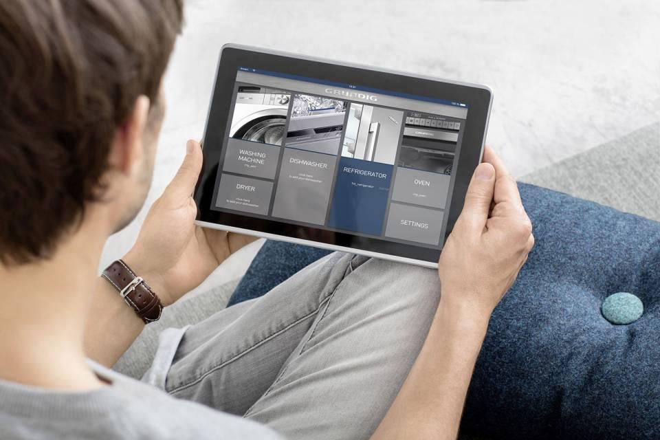 Mit der mobilen App HomeWhiz von Grundig lassen sich Haushaltsgeräte über ein smartes Endgerät ganz einfach steuern.