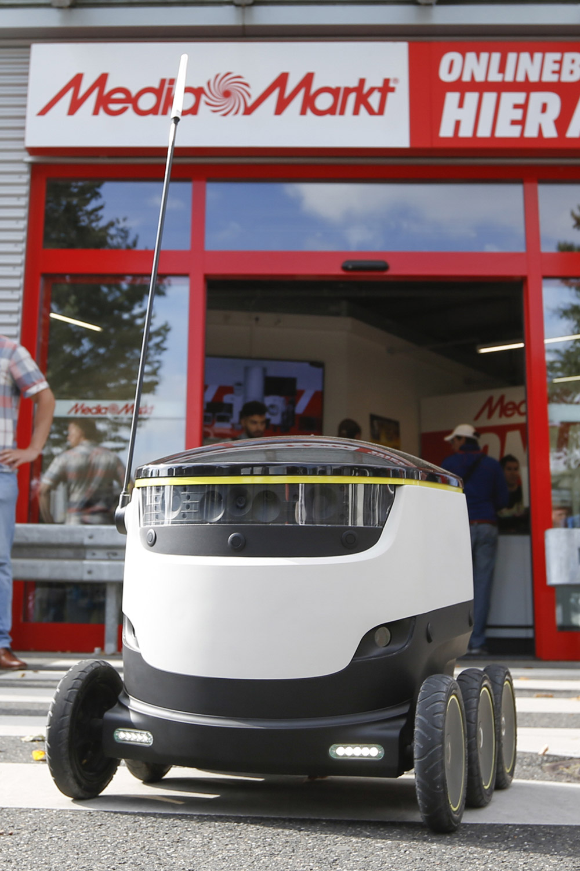 Auf geht's: Der erste Lieferroboter verlässt den Media Markt in Düsseldorf und begibt sich auf eine mehrere hundert Meter lange Reise.