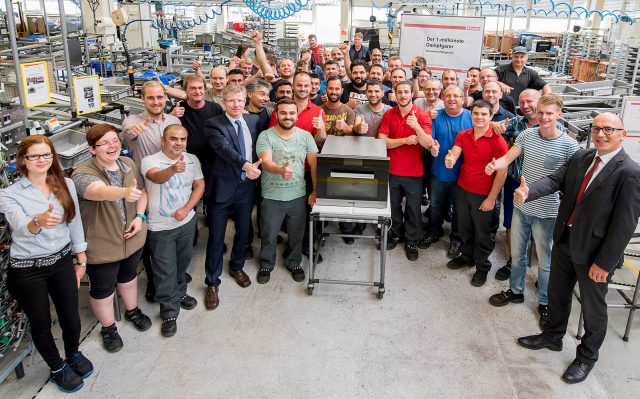 Freude über den einmillionsten Dampfgarer: Werkleiter Dr. Uwe Brunkhorst (r.) mit den Beschäftigten aus der Montage.