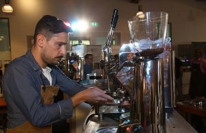 Königsdisziplin Siebträger: Die Wofuha ist der angesagteste Coffee-Hot- spot im Norden. Alle Fotos: Frank Waberseck