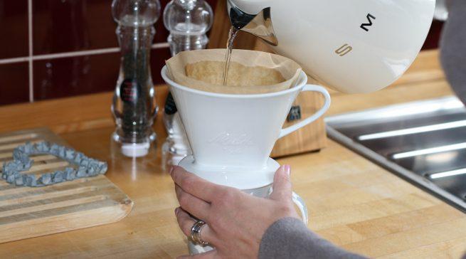 So viel Design muss sein: Stefanie Wolf schwört auch ihren Wasserkocher von Smeg und den Keramik-Handfilter von Melitta.