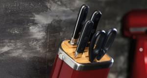 Absolut stylish: KitchenAid ergänzt seine Markenwelt mit Messerblock, Töpfen und Pfannen.