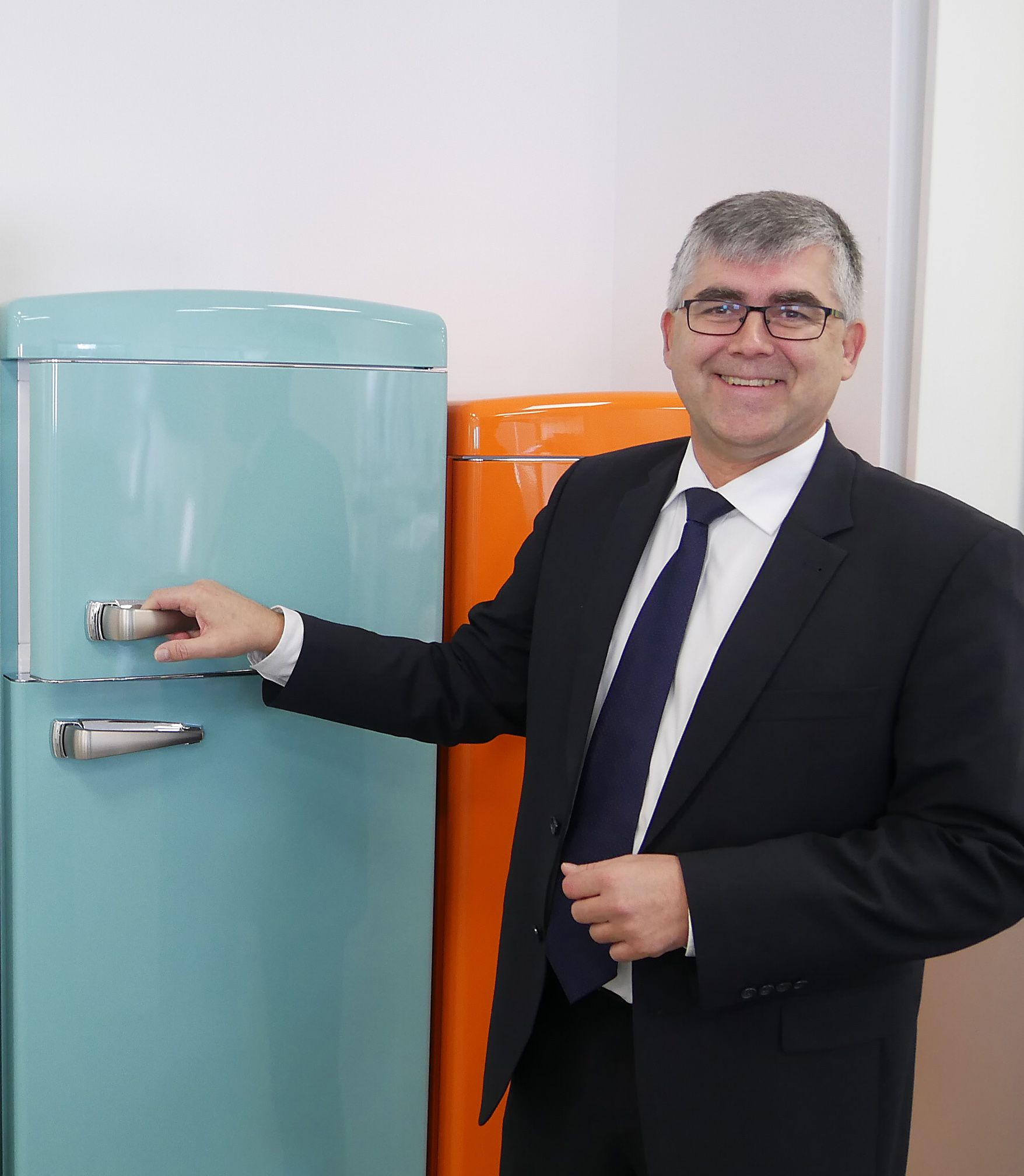 Claus Schmitz ist voller Enthusiasmus für seine Retro-Kühlgefriergeräte.