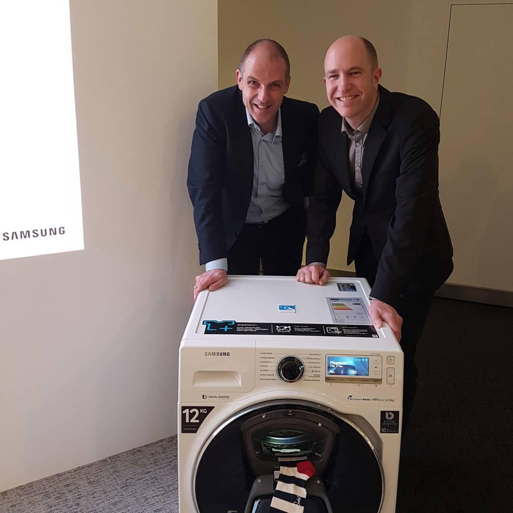 Alexander Zeeh (li) und Thorsten Bross, frisch gekürter Head of Marketing Home Appliances Samsung Electronics, freuen sich über steigende Marktanteile bei weißer Ware.
