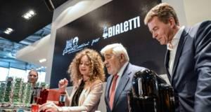 Ist er der deutscheste Italiener oder der italienischste Deutsche? Egal, Mario Adorf war auf der letzen Ambiente ein Ereignis und natürlich kam er an der Espresso-Zubereitung nicht vorbei.