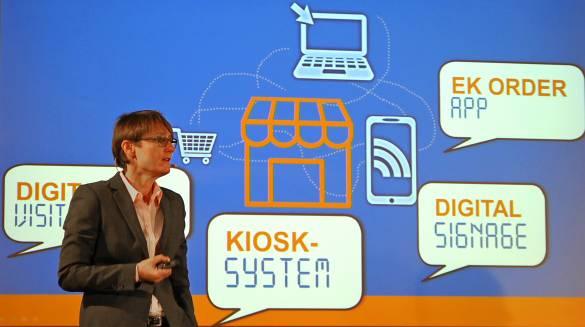 """Susanne Sorg, im Vorstand verantwortlich für Omnichannel, erläutert die drei aktuellen Digitalbausteine """"Verlängerte Ladentheke"""", """"Digital Signage"""" sowie die """"EK Order-App."""""""