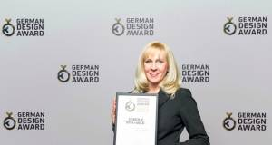 "Gisela Langel, Senior Marketing Managerin bei Gorenje, freut sich über den ""German Design Award – Special Mention 2017"" in der Kategorie ""Kitchen""."