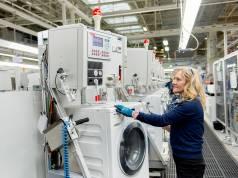 Blick in die Endmontage der Miele-Waschmaschinen im Stammwerk Gütersloh. Für ergänzende Kapazitäten soll ein Produktionsstandort in Polen errichtet werden.
