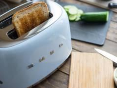 Der Toaster von Smeg bräunt große und kleine, dicke oder dünne Scheiben optimal. Er bietet sechs Röstgradstufen und zentriert das Brot automatisch in den Röstschächten.