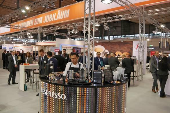 Auch expert setzt mit Nespresso und mit der Bohnenmarke Segafredo voll auf den Trend Kaffee.