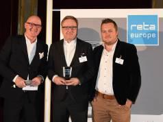 """Das EHI Retail Institute zeichnete die Cross Channel Retail Strategie von Euronics in der Kategorie """"Best Omnichannel Solution"""" aus. Im Bild (v.li.): Michael Gerling (EHI), Jochen Mauch (Euronics) und Timo Weltner (Netformic E-Commerce Agentur."""