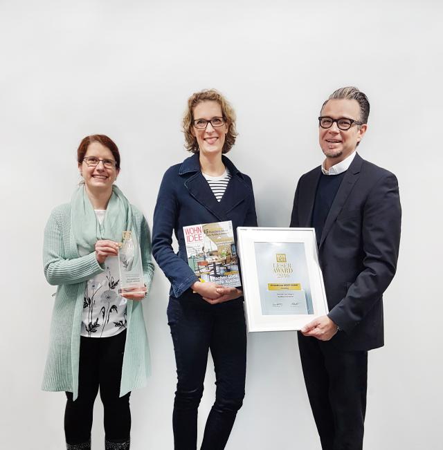 V.l.n.r.: Angela Quint, (Produktmanagerin Grundig), Anett Thiemann, (Bauer Verlag) und Christian Struck, (Director Brand Management Grundig) bei der Übergabe des Wohnidee-Leserawards.