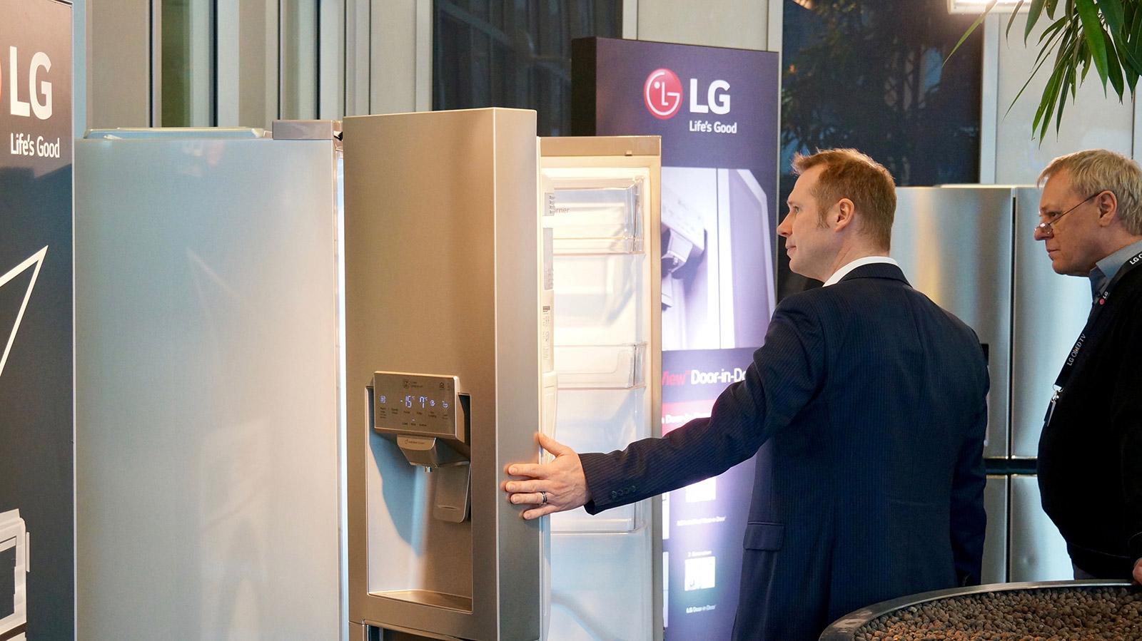 Lg Side By Side Kühlschrank Zieht Kein Wasser : Lg roadshow startet in der neuen europazentrale von lg