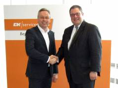 Auf gute Zusammenarbeit: Lutz Burneleit, Bereichsleiter Comfort EK/Servicegroup (l.) und Patrick Döring, Vertriebsvorstand Wertgarantie.
