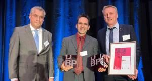 Ausgezeichnet! Das Foto zeigt von links nach rechts: Laudator Prof. Dr. Friedrich Hubert Esser (Präsident des Bundesinstituts für Berufsbildung, Bonn), Martin Braun (Develop-People) und Christoph Roth (Liebherr).