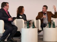Tauschten sich unter der Moderation von Declan Curry lebhaft aus: Andrea Gisle-Joosen, Non-Executive Director, Board of Directors, Dixons Carphone, und Hans Carpels, President von Euronics International.