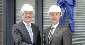 """""""Bauherren"""" unter sich: Thomas Schröder, Vorstandsvorsitzender (li.) und Frank Rendant (Abteilungsleiter Immobilien/Hausverwaltung) vor den Tagungsräumen der Wertgarantie."""
