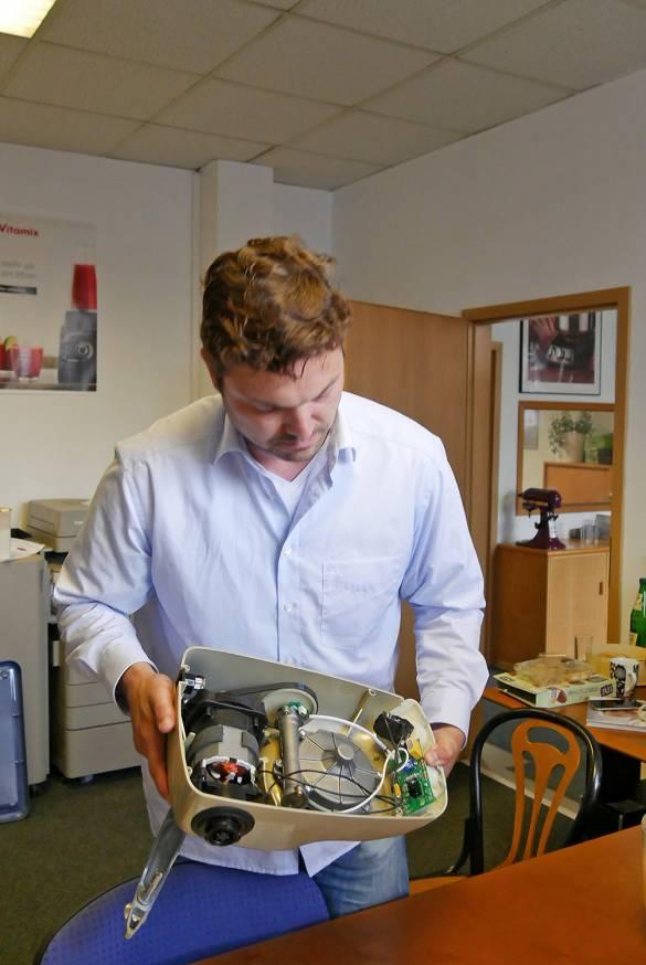 """Alexander Falk erklärt das technische Innenleben der """"Assistant Original"""" von Ankarsrum."""