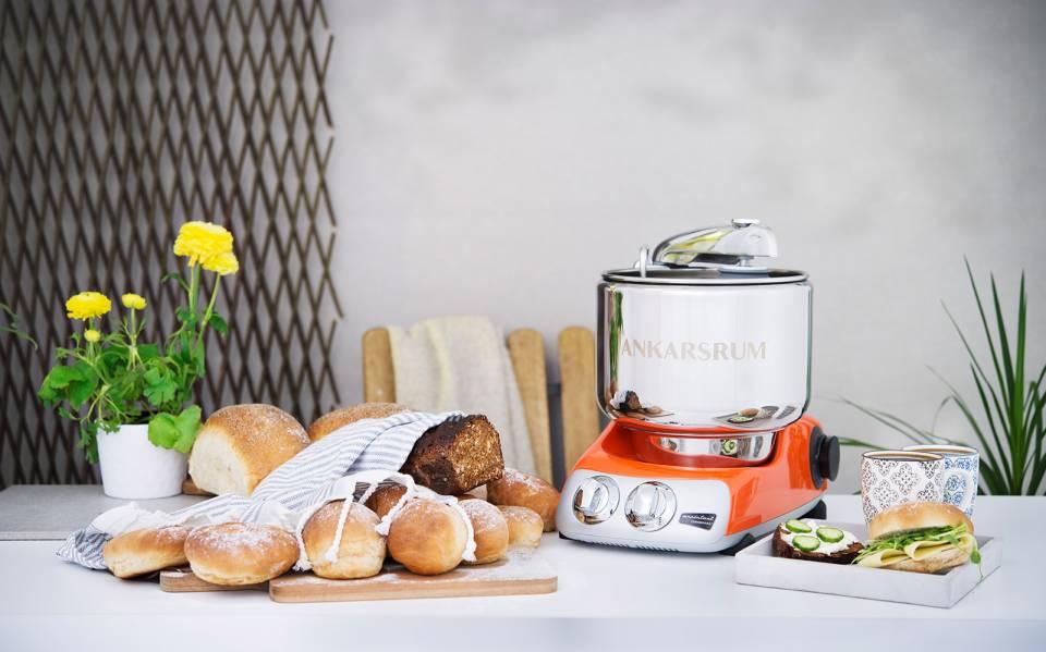 Beim Kneten von Brotteigen spielt die Maschine ihre ganze Überlegenheit aus.