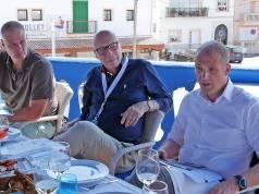 """Erfolg ist hier Programm: Auf Mallorca zogen Kai Hillebrandt, Vice President Consumer Electronis, (ganz links) und Alexander Zeeh (rechts) von Samsung in einem Pressegespräch eine erste Bilanz zum """"Jahr des Handel(n)s 2017"""" mit dem Fokus auf Kundenbindung."""