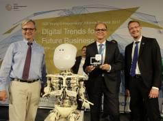 Georg Walkenbach (Mitte) nahm den Digital-Preis in Berlin entgegen.