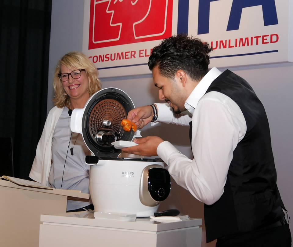 """Ein Risotto in sechs Minuten? Kein Problem für den Cook4Me+ von Krups. Über ihren """"Kochkünstler"""" sind begeistert: Astrid Duhammel, Head of Communication & Digital Groupe SEB und Celestre Corrado."""