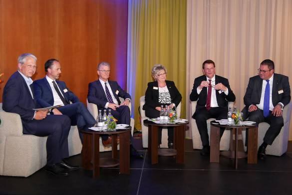 Unter der Moderation des Zukunftsforschers und Strategieexperten Michael Carl diskutierten WIR- und Wertgarantie-Vorstand über die Zukunft der WIR-Initiative.