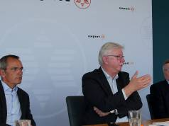 Noch ist Volker Müller in ihrer Mitte, umrahmt von den expert Vorständen Dr. Stefan Müller (li.) und Gerd-Christian Hesse (re.).