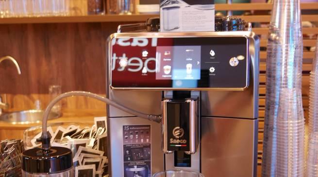 Der luxuriöse Vollautomat Saeco Xelsis verwöhnt mit 15 verschiedenen Kaffeespezialitäten.