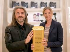 """Auf der IFA übergab Donat Brandt, Präsident des Plus X Award, die Siegertrophäe für die """"Innovativste Marke"""" an Beurer Marketingleiterin Kerstin Glanzer."""