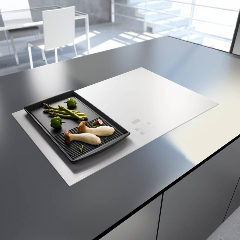 Das Induktions-Kochfeld KI 8520.0 von Küppersbusch ist in mehreren Varianten erhältlich: Rahmenlos aus weißem Glas oder aus mattiertem schwarzen Glas mit Edelstahl-Rahmen.