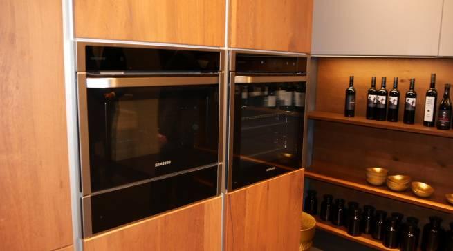 Bilden eine gelungene Symbiose: Der wunderbar warme Holzton der Nolte-Küche mit dem Samsung Backofen aus der Chef Collection.