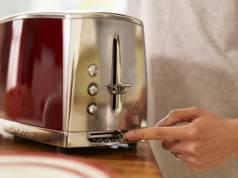 Russell Hobbs Toaster Luna Solar Red 23220-56 mit Schnell-Toast-Technologie.