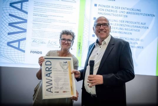 Stefan Löb (r.), Director Environmental Affairs bei Electrolux, nahm den Preis entgegen.
