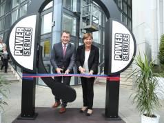 Holger Kelch, Oberbürgermeister der Stadt Cottbus, und Ilona Weigand, Geschäftsführerin der Power Service GmbH, bei der offiziellen Eröffnung des Contact Centers in Cottbus.