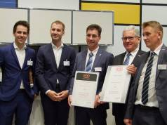 Preisverleihung auf der area30. Unser Foto zeigt v.l.: Christoph Hohmann (Head of Product Management Plus X Award), Niko Gössing (Produktmanager Plus X Award), Kai-Uwe Höpfner (Geschäftsführer Stengel Steel Concept), Bernd Neumann (Gesamt-Vertriebsleiter) und Andreas Weber (Außendienst).