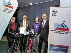 """Der Hattrick ist geschafft: Patrick Döring (2. v. li., Wertgarantie-Vorstand) und Peta Hesse (2. v. re., Projektleiter Wertgarantie) erhalten die Auszeichnung als """"Fahrradfreundlichster Arbeitgeber""""."""