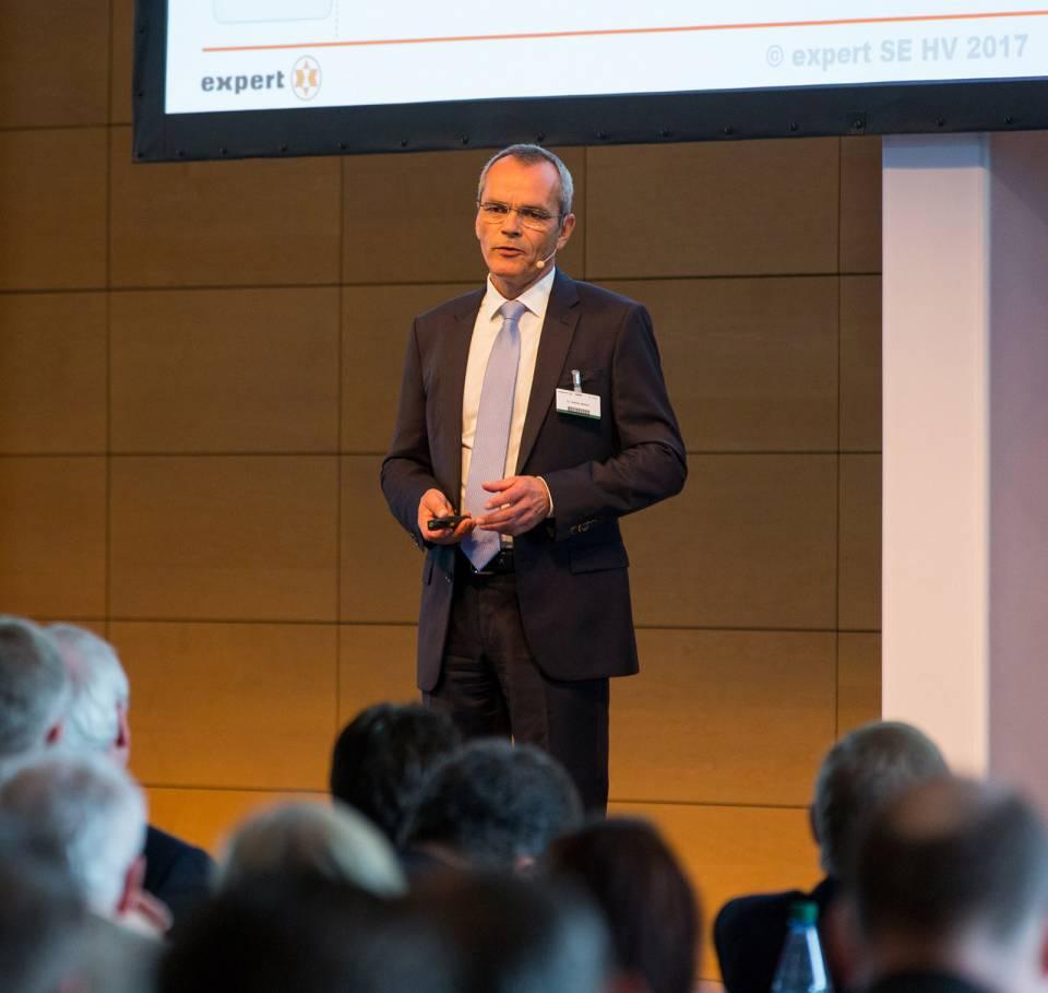"""""""Wir haben verstanden"""", Dr. Stefan Müller, Vorstand für IT und Logistik, bei seinem Vortrag auf der expert-Hauptversammlung 2017."""