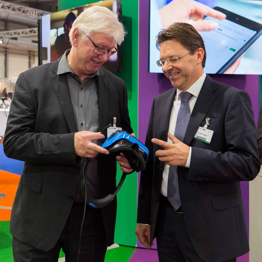 Vorstandsvorsitzender Volker Müller (l.) und sein Nachfolger Jochen Ludwig am expert-Messestand in Erfurt.