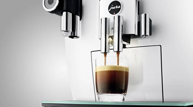 Ob Espresso oder Cappuccino: Die J6 von Jura schafft beides in Rekordzeit.