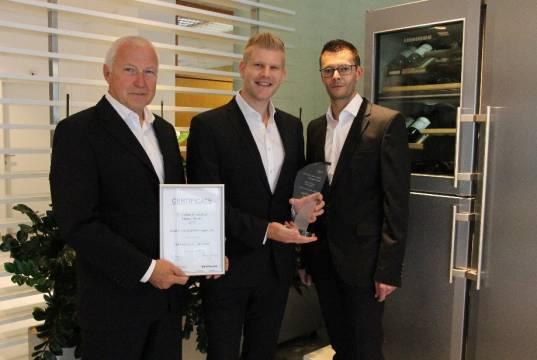 """Stellvertretend für die Sparte Liebherr-Hausgeräte nahmen Helmuth Bauer (v.l.), Thomas Kandolf und Thomas Obererlacher die Auszeichnung in der Kategorie """"Best Innovation Management"""" in Empfang."""