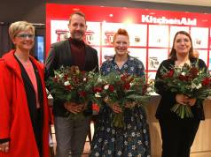 Unser Foto zeigt v.l.n.r.: Nicole Thiery (Market Leader KitchenAid Deutschland, Österreich), Claus Tormöhlen (Head of Buying Home & Living, KaDeWe), Enie van de Meiklokjes und Jana Brüssow (Area Sales Managerin Home & Living, KaDeWe).