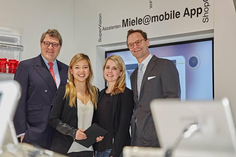 Anfang 2017 begrüßten die Miele Geschäftsführer Dr. Reinhard Zinkann (li.) und Dr. Axel Kniehl in Köln die beiden Kitchen Stories-Gründerinnen Mengting Gao (2.v.l.) und Verena Hubertz.