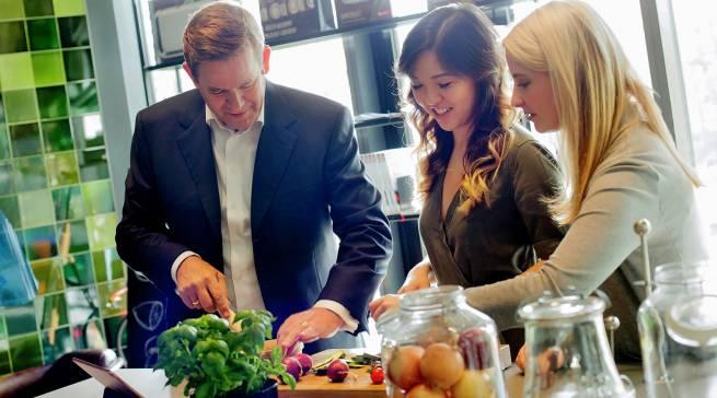 Ende 2017: Karsten Ottenberg, Vorsitzender der BSH-Geschäftsführung, kocht zusammen mit Mengting Gao und Verena Hubertz.