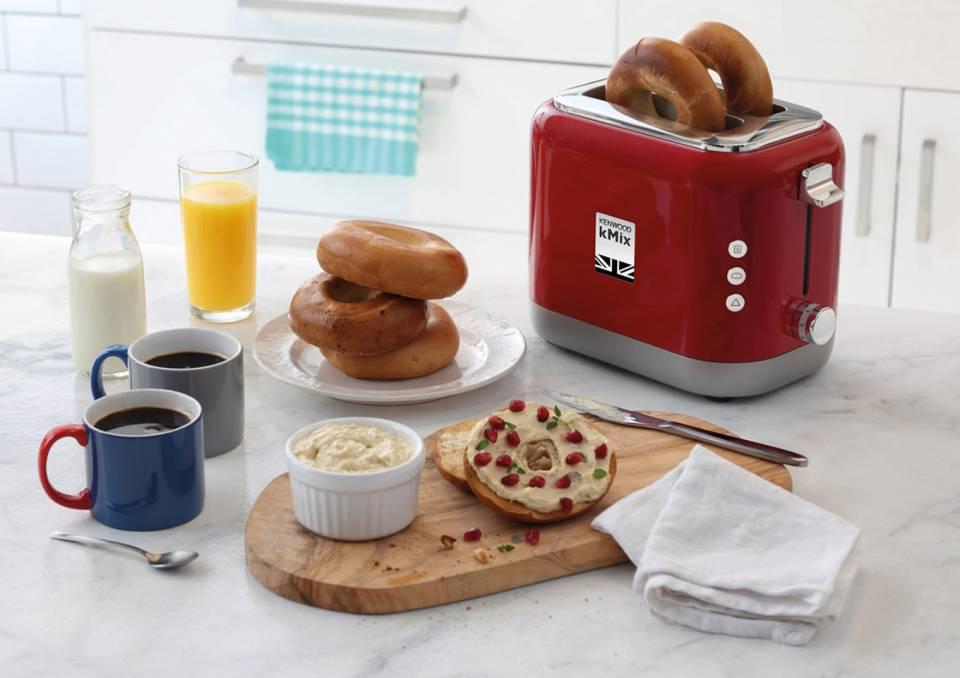 Ein Hingucker im knalligen Rot: der Kenwood Toaster der kMix Serie.