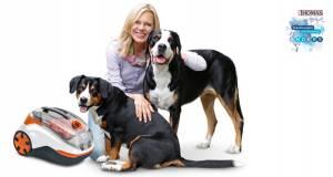 Auf den Hund gekommen: Markenbotschafterin Nina Ruge mit dem ersten beutellosen Hybridzyklonsauger von Thomas.