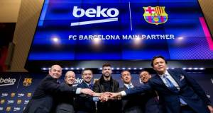 Beko ist einer der Top-Sponsoren des FC Barcelona(v.l.n.r.): Oscar Grau, ManelArroyo, Josep Maria Bartomeu, Gerard Piqué, Ali Y.Koç, Fatih Ebiçlioglu & Hakan Bulgurlu).