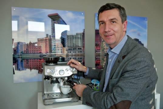 Mit jedem Tag, den Gerd Holl für Sage tätig ist, wächst seine eigene Begeisterung für Kaffee und die Leidenschaft für Siebträger.
