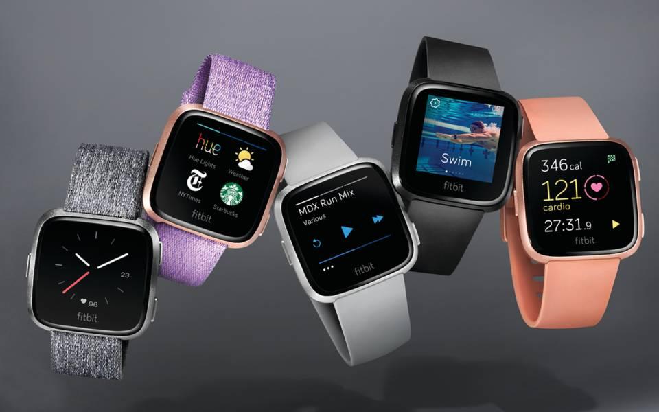 Fitbit Fitness-Uhr Versa mit Female Health Tracking.